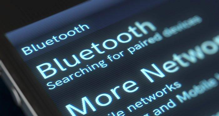 La pantalla del teléfono lo muestra buscando dispositivos Bluetooth para conectarse