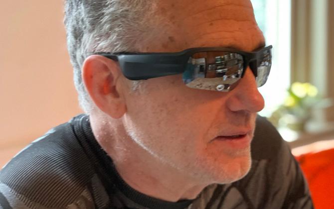 Vista frontal 3/4 de las gafas de sol con audio Bose Tempo Sports en el modelo
