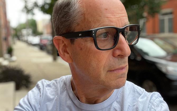 Vista frontal 3/4 de las gafas de audio Revel Tune en el modelo.