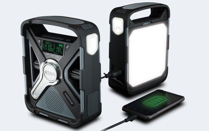 Radio meteorológica Eton Sidekick con Bluetooth en la parte delantera y trasera con el teléfono enchufado